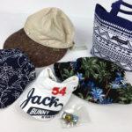 ランバンのキャップとジャックバニーのサンバイザーとロサーセンのカートバッグ、ニューエラの帽子、パーリーガイツのマーカー、キャロウェイのキャップです。